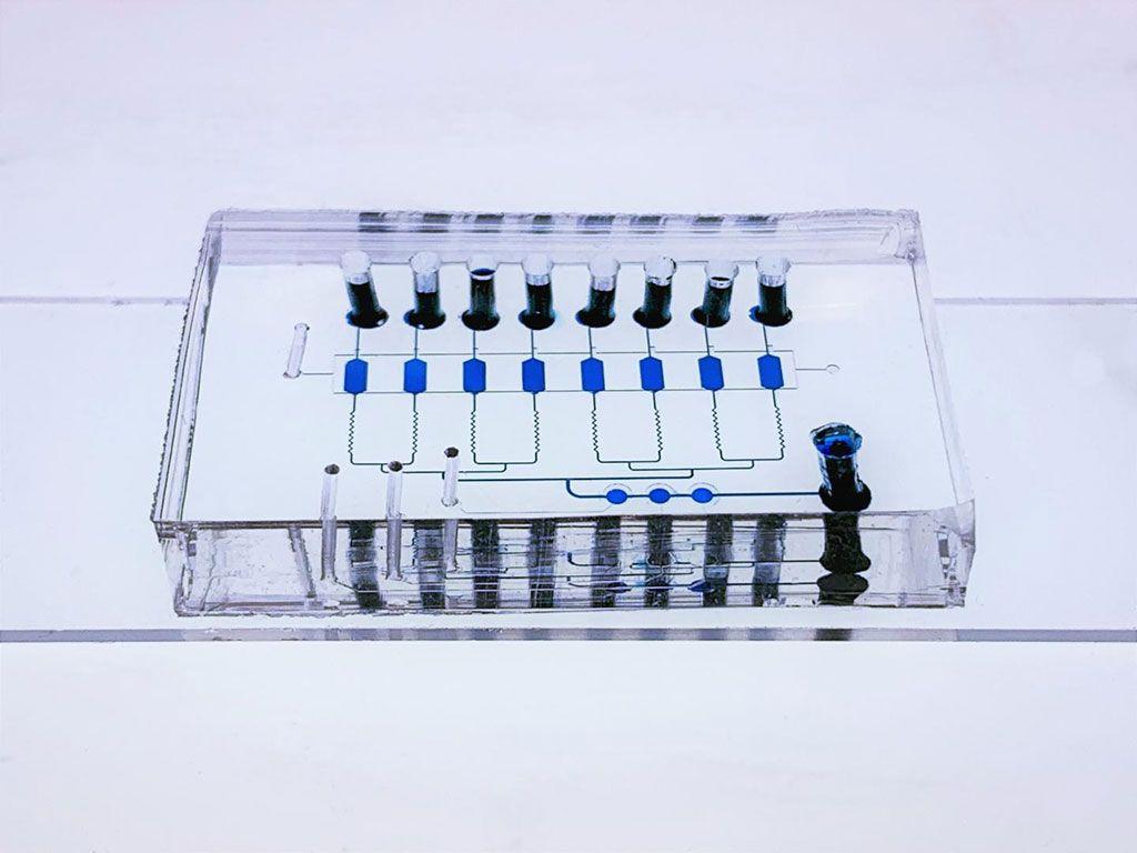 Imagen: El dispositivo de chip EV-CLUE multicapa. Los microrreactores y los canales de conexión se visualizan llenándolos con colorante azul para alimentos. El portaobjetos de vidrio inferior está modelado con estructuras de nanopartículas y recubierto con anticuerpos para capturar vesículas extracelulares (Fotografía cortesía del Dr. Yong Zeng)