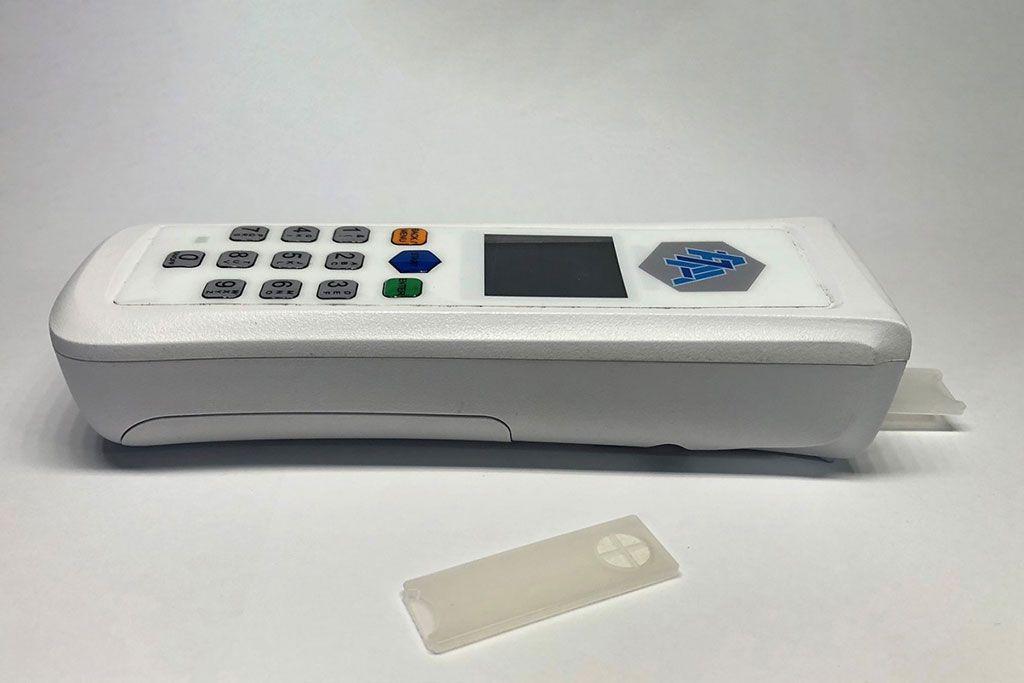 Imagen: Un prototipo del detector manual de amoníaco en sangre y las tiras reactivas asociadas (Fotografía cortesía de Thomas Veltman).