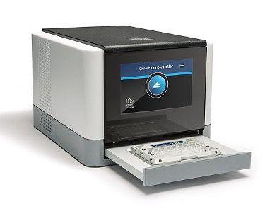 Imagen: La plataforma compacta de microfluidos avanzada Chromium Controller permite el análisis de alto rendimiento. Cada chip de un solo uso procesa hasta ocho muestras en paralelo en menos de 20 minutos. (Fotografía cortesía de 10×Genomics).