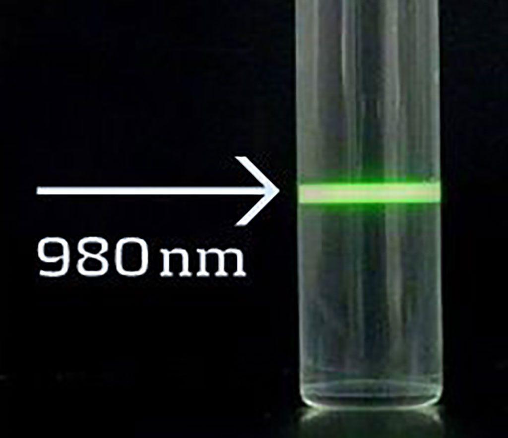 Imagen: Nanopartículas de conversión ascendente: con la combinación de excitación en el CIR (980 nanómetros) y la detección a una longitud de onda más baja, la autofluorescencia de las muestras biológicas se elimina por completo y las partículas son detectables a través de cortes de tejido e incluso en sangre total (Fotografía cortesía de Kaivogen Oy)