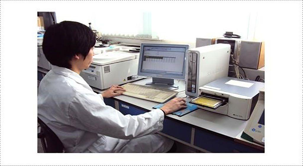 Imagen:  Prueba serológica realizada en el laboratorio de rabia. El kit ELISA Bio-Rad Platelia Rabies II es uno de los ensayos de diagnóstico que se realizan habitualmente para la determinación de anticuerpos contra el virus de la rabia (Fotografía cortesía de la Agencia Coreana de Cuarentena Animal y Vegetal).