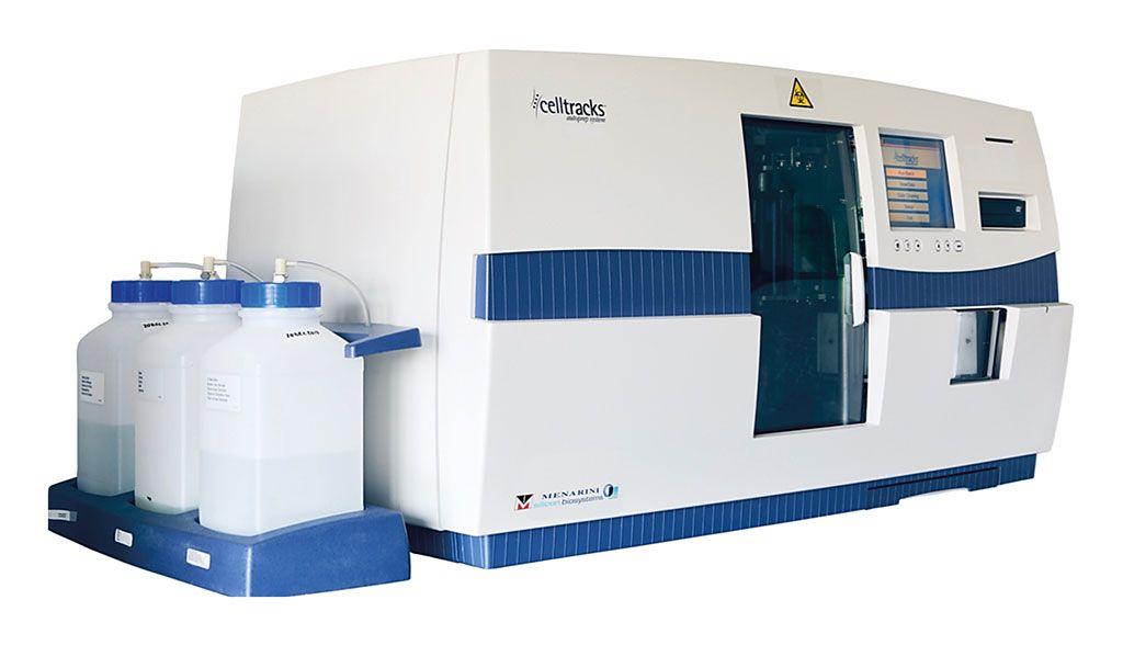 Imagen: El Sistema CELLSEARCH CTC es el primer y único sistema aprobado clínicamente por la FDA para la identificación, aislamiento y enumeración de células tumorales circulantes (CTC), a partir de un simple análisis de sangre (Fotografía cortesía de Menarini Silicon Biosystems).