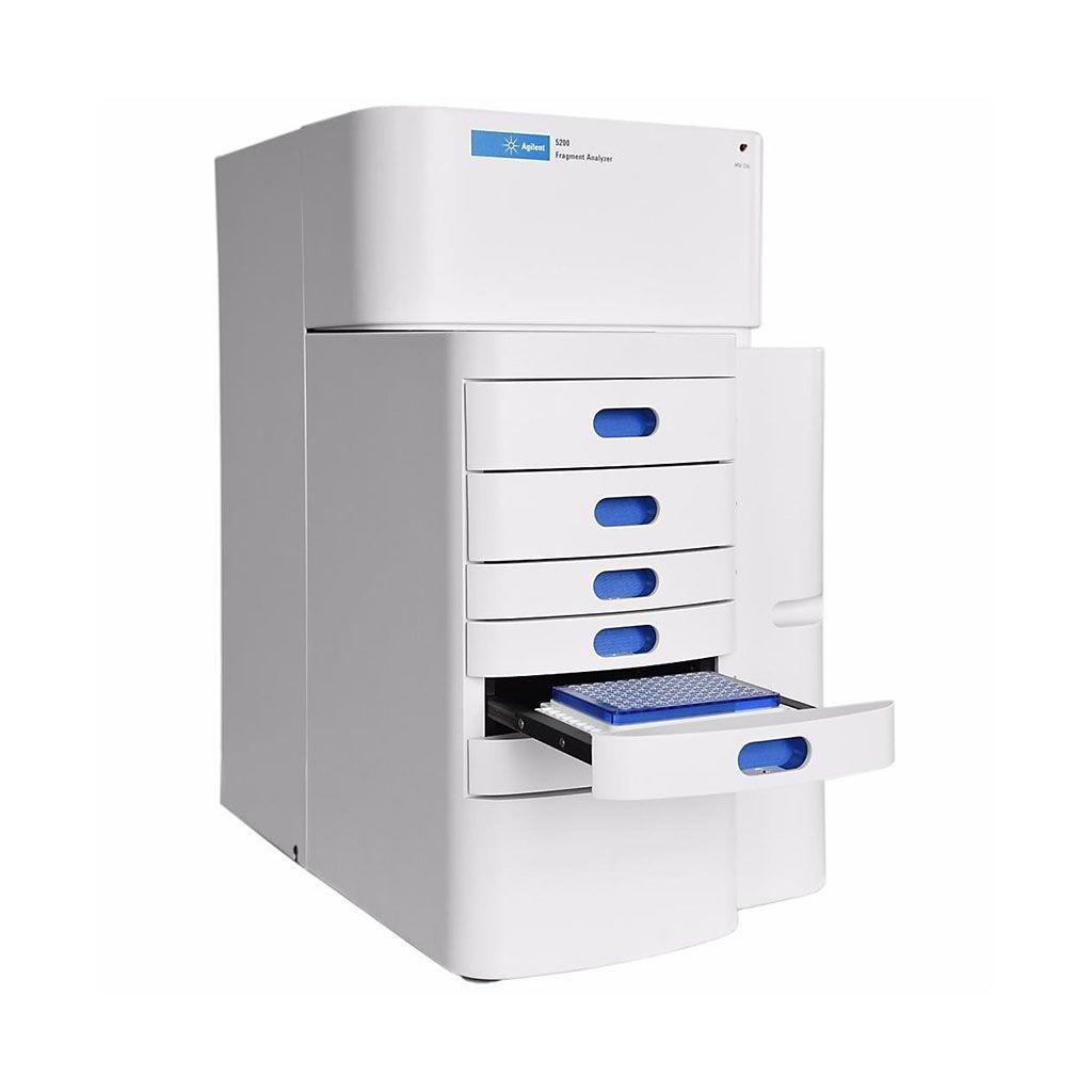 Imagen: El sistema 5200 Fragment Analyzer, realiza el control de calidad del ADN y el control de calidad del ARN para una amplia gama de muestras, entre las que se incluyen ADNg, ARN pequeño, ADNcf, fragmentos de ADN grandes y ARN total (Fotografía cortesía de Agilent Technologies).