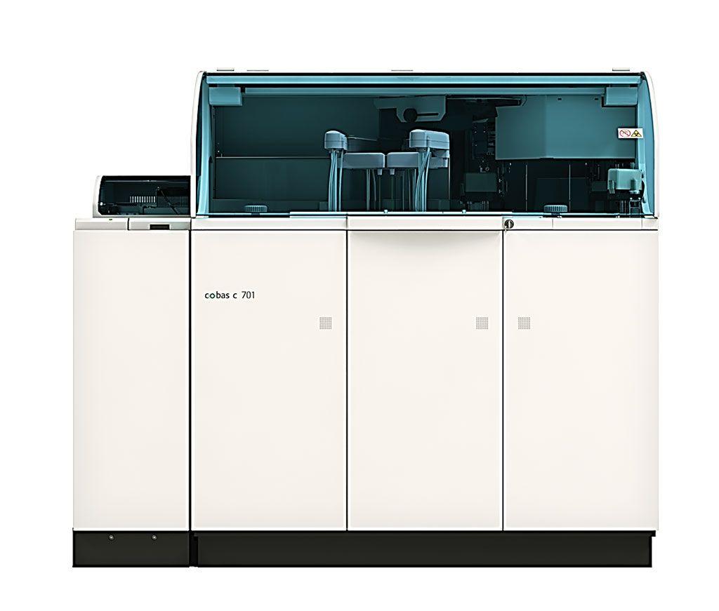 Imagen: El módulo cobas c 701 es un módulo de química clínica de alto rendimiento que realiza ensayos fotométricos para una gama amplia de analitos (Fotografía cortesía de Roche Diagnostics)
