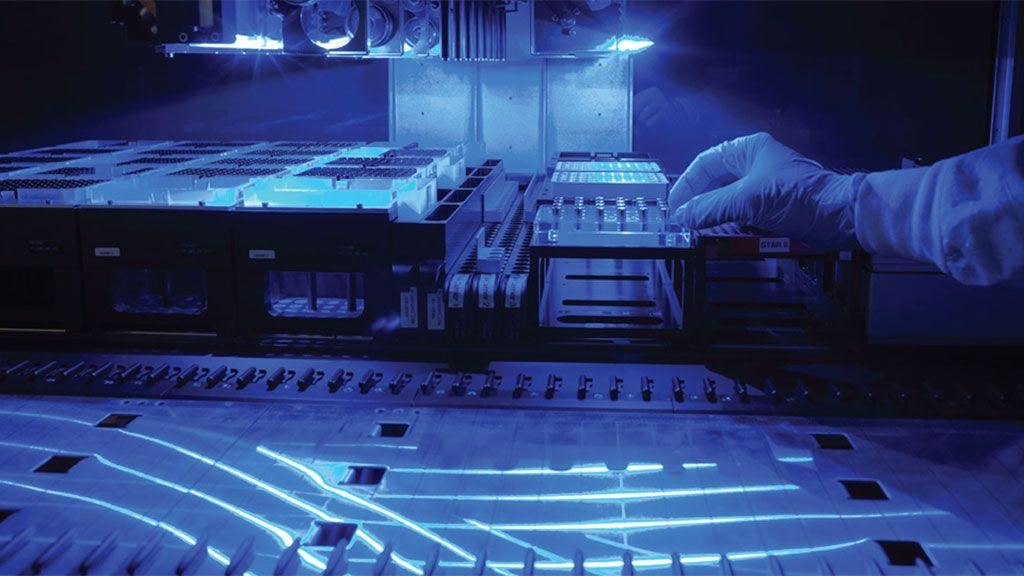 Imagen: Una plataforma de análisis que combina una bioquímica robusta y de alta eficiencia al comienzo, con secuenciación de próxima generación, y una tubería de bioinformática aumentada de aprendizaje automático proporciona información que puede ayudar a los pacientes con cáncer avanzado a obtener el tratamiento adecuado (Fotografía cortesía de Guardant Health, Inc.)