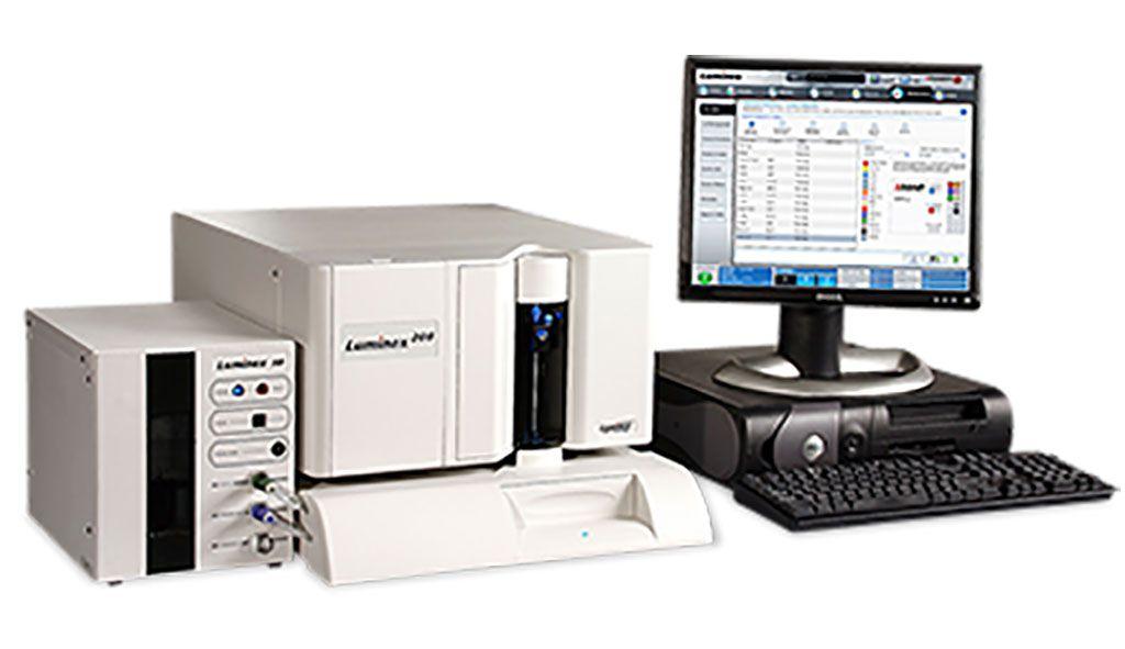 Imagen: Una plataforma para multiplexar hasta 100 analitos, como proteínas, en un solo pozo de una placa de microtitulación (Fotografía cortesía de Luminex Corporation)