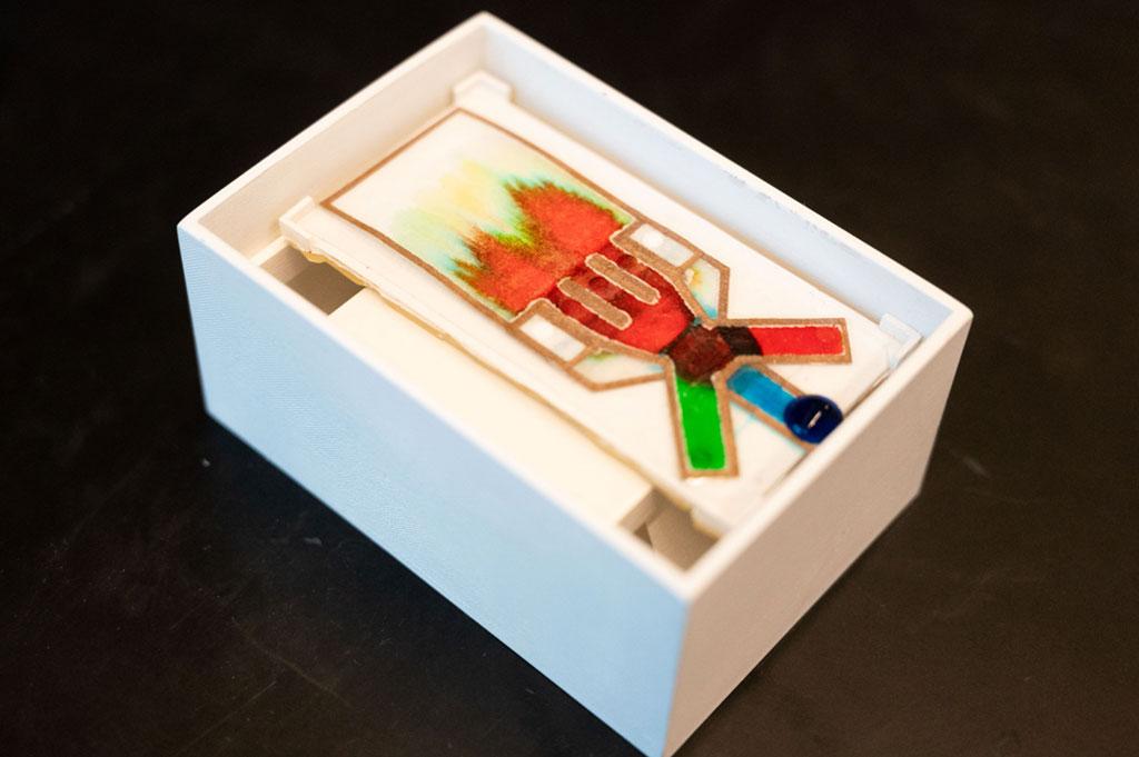 Imagen: Ensayo de flujo de líquido completamente ensamblado desarrollado en el laboratorio de Sarioglu (Fotografía cortesía de Allison Carter)