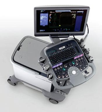 Imagen: El sistema para ultrasonido Acusón SC2000 Prime Edición ofrece imágenes Doppler a color en vivo, de volumen completo, de la anatomía valvular del corazón y del flujo sanguíneo utilizando una nueva sonda eco transesofágica (TEE) de volumen verdadero. Con esta tecnología, los médicos pueden obtener una visión más auténtica de la anatomía del corazón y de la dinámica del flujo sanguíneo en una sola vista, durante los procedimientos quirúrgicos realizados sobre las válvulas, incluso en pacientes con alteraciones del ECG (Fotografía cortesía de Siemens Healthcare).