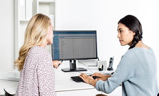 Imagen: Un médico utiliza la plataforma de imagenología actualizada, que permite el acceso a la historia clínica electrónica completa (EMR) de un paciente (Fotografía cortesía de Agfa HealthCare).