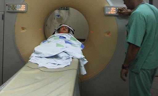 Imagen: Un niño a punto de que le practiquen una tomografía computarizada (Fotografía cortesía de Getty Images).