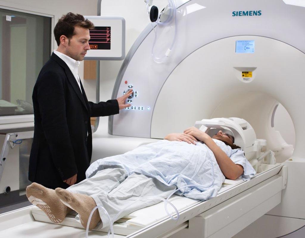 Imagen: El Dr. Josh Buckholtz, PhD, y el escáner de resonancia magnética de la División de Neuroimagenología Psiquiátrica (Fotografía cortesía de MGH).
