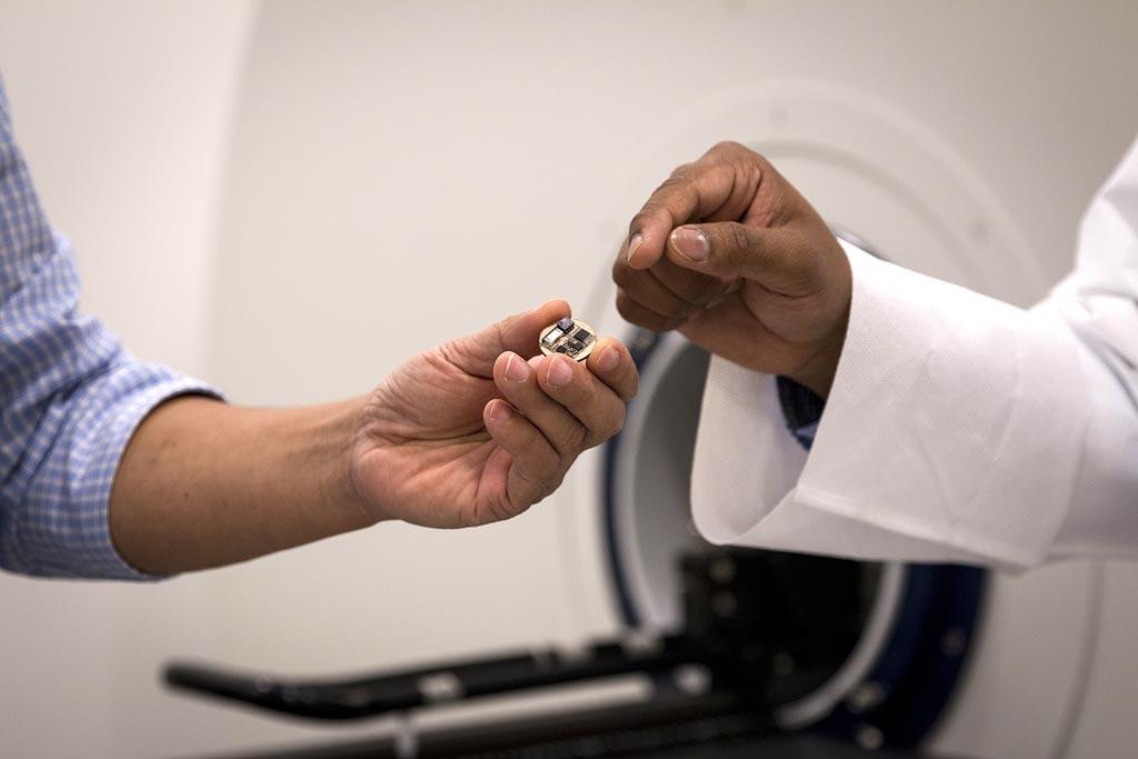 Imagen: Un nuevo dispositivo permite la imagenología médica simultánea con el registro neurológico (Fotografía cortesía de Shannon Kane / Purdue).