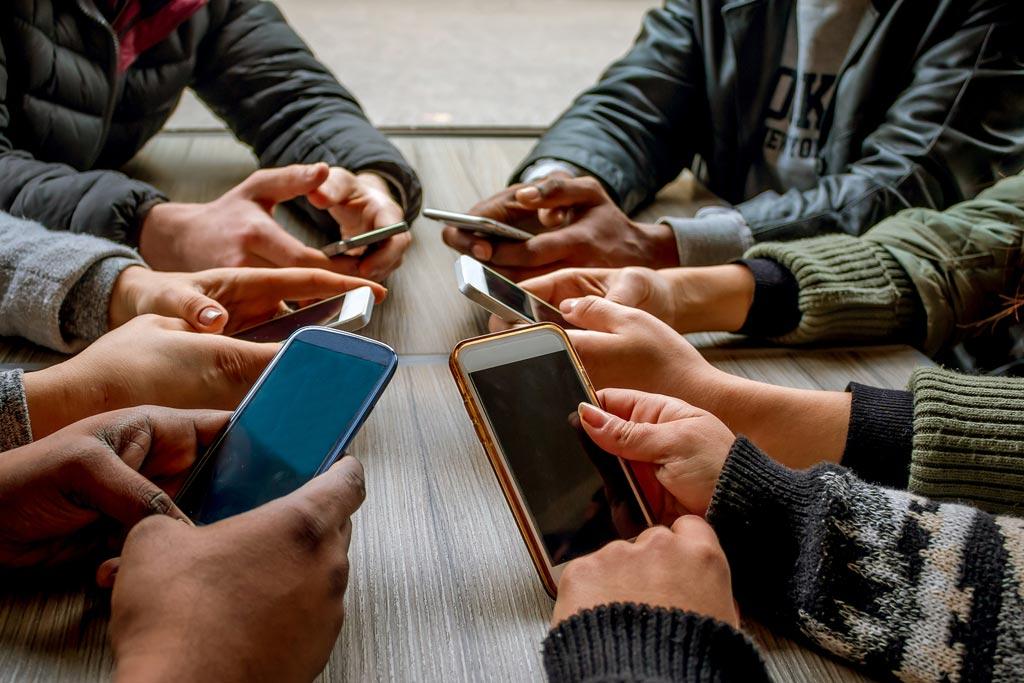Imagen: Un nuevo estudio muestra que la adicción a los teléfonos inteligentes causa un desequilibrio en el cerebro (Fotografía cortesía de Shutterstock).