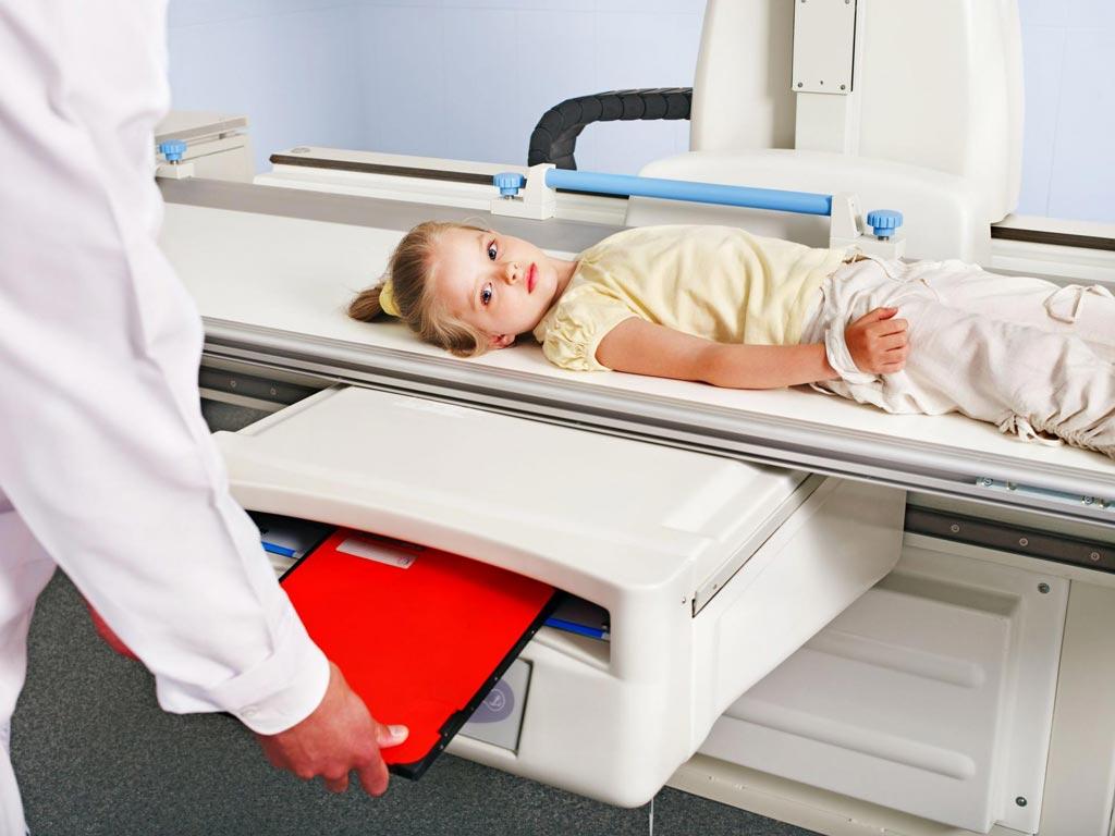 Imagen: La nueva directriz de la FDA recomienda que los exámenes de imagenología en los niños se reduzcan al mínimo necesario (Fotografía cortesía de Shutterstock).