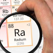 Imagen: La investigación sugiere que el radio radioactivo puede aumentar la mortalidad y el riesgo de fracturas (Fotografía cortesía de Adobe Stock).