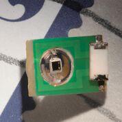 Imagen: Un sensor en miniatura puede medir las señales ópticas y eléctricas en el cerebro usando la resonancia magnética (Fotografía cortesía de Felice Frankel/ MIT).
