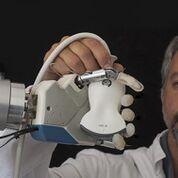 Imagen: Un brazo robótico con dedos personalizados ayuda a probar las sondas de ultrasonido (Fotografía cortesía de Esaote).