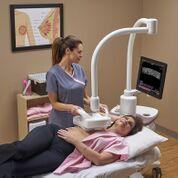 Imagen: El sistema Invenia 2.0 ABUS toma imágenes del tejido denso de los senos (Fotografía cortesía de GE Healthcare).