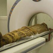 Imagen: Una momia egipcia a la que le practican una tomografía computarizada (Fotografía cortesía de KTH).