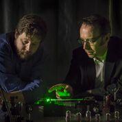 Imagen: El profesor Robert McLaughlin (D) con la aguja inteligente (Fotografía cortesía de la Universidad de Adelaida).