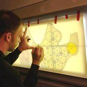 Imagen: Un patrón para un chaleco de resonancia magnética con 32 bobinas de RF cosidas (Fotografía cortesía de Elmar Laistler/MedUni).