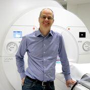Imagen: El algoritmo del Dr. Stefan Skare mejora los tiempos de adquisición de las resonancias magnéticas (Fotografía cortesía de Catarina Thepper/KI).
