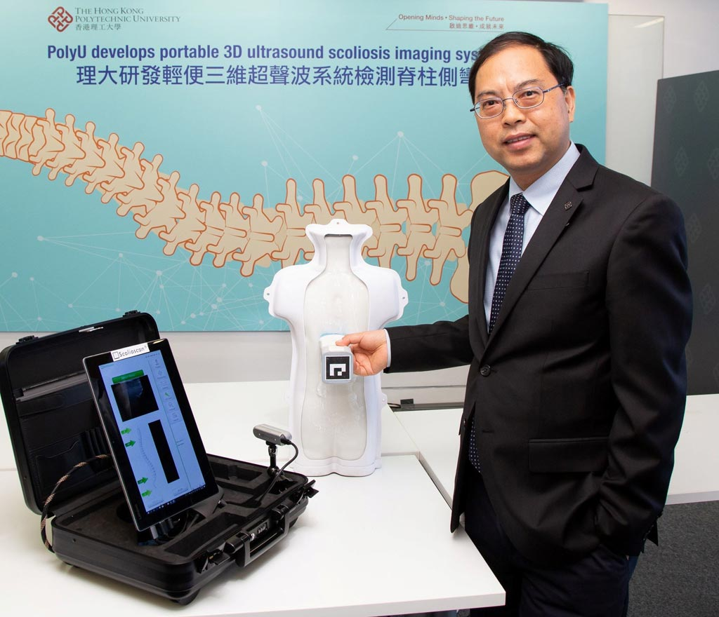 Imagen: El profesor Zheng Yong-Ping demostrando el dispositivo Scolioscan Air (Fotografía cortesía de PolyU).