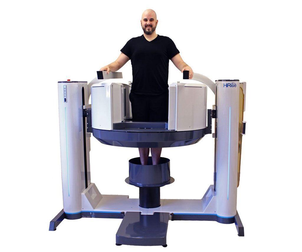 Imagen: El sistema CBCT con soporte de peso HiRise escanea extremidades enteras (Fotografía cortesía de Curvebeam)