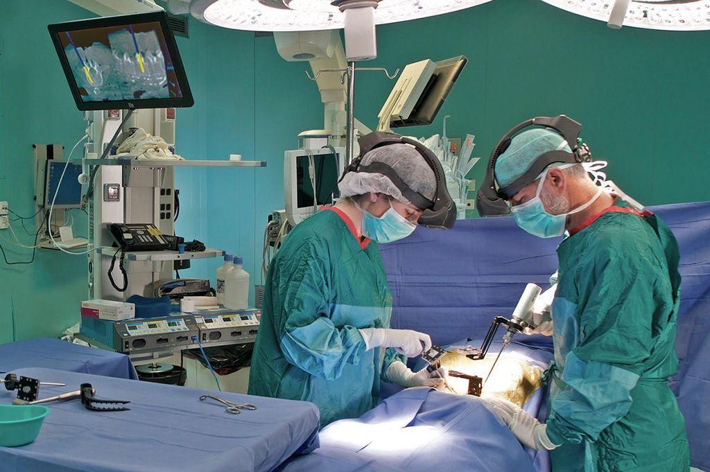 Imagen: Unos auriculares quirúrgicos usan RA para la orientación quirúrgica (Fotografía cortesía de Augmedics)