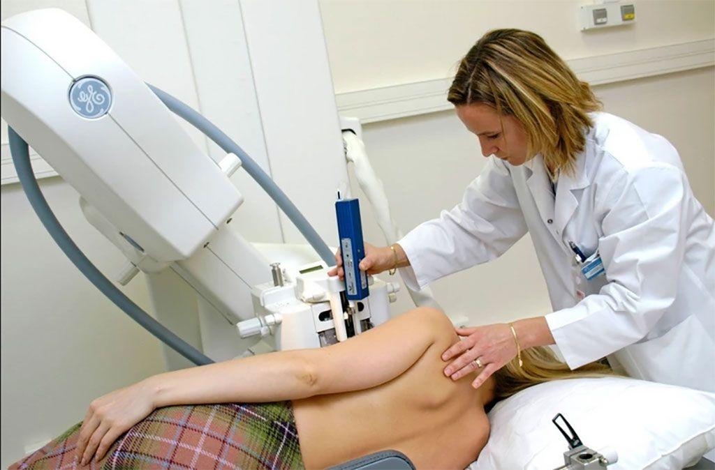 Imagen: La biopsia de mama guiada por imágenes ayuda a detectar células cancerosas persistentes (Fotografía cortesía de SciencePhoto)