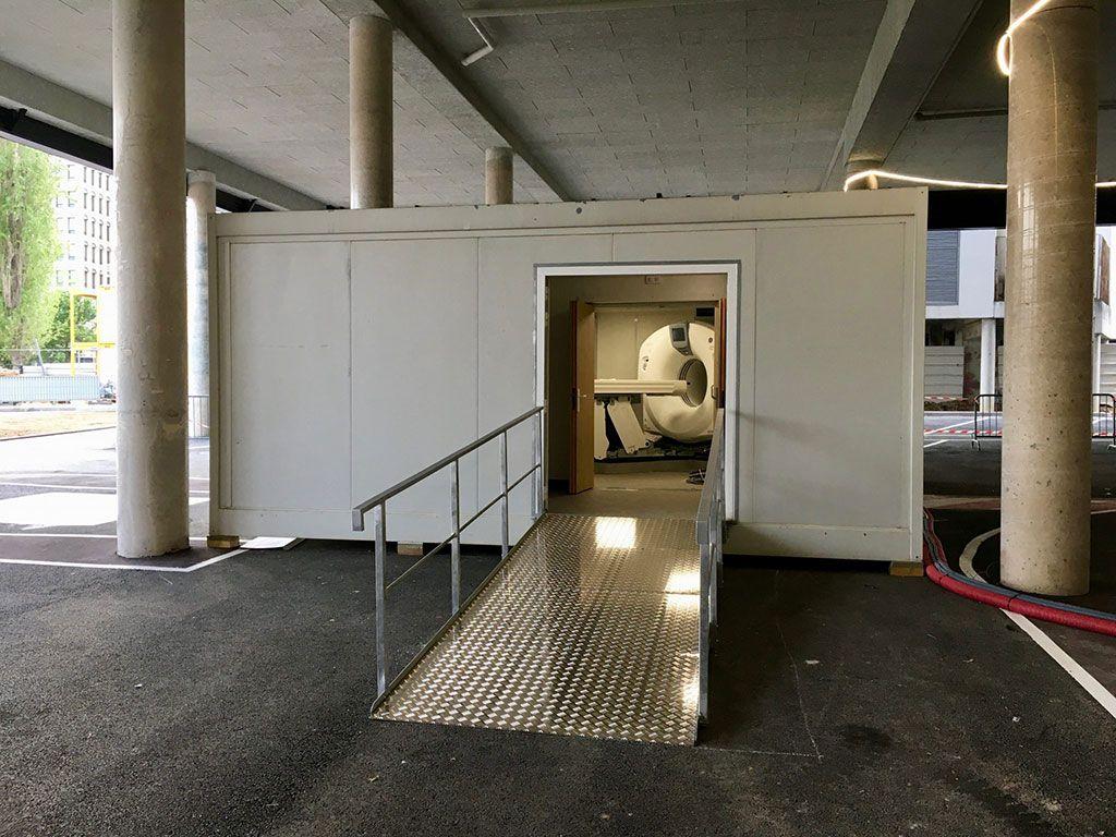 """Imagen: La """"TC-en-una-caja"""" en el parqueadero Henri-Mondor (Fotografía cortesía de GE Healthcare)"""
