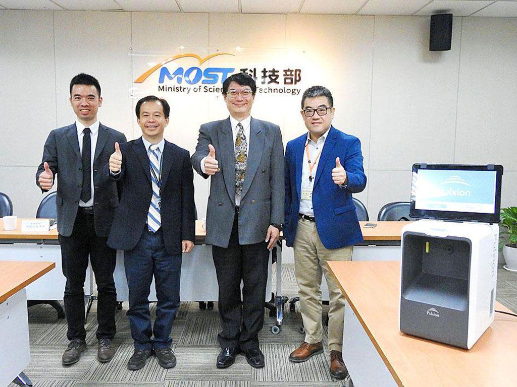 Imagen: El director ejecutivo de Pulxion, Thomas Hsu (izq), y el cardiólogo Kao Hsien-li (der) con el dispositivo Pulstroke (Fotografía cortesía del Ministerio de Ciencia y Tecnología de Taiwán)