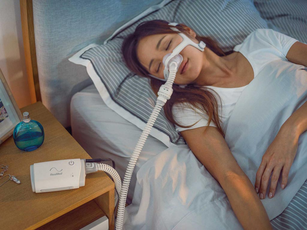 Image: The pocket-sized AirMini CPAP device (Photo courtesy of ResMed).