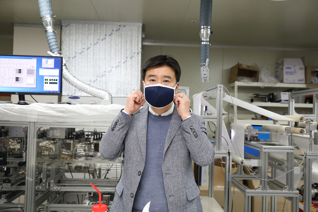Image: Professor Kim Il-doo demonstrating his mask (Photo courtesy of KAIST)
