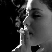 Imagen: Un estudio nuevo afirma que fumar aumenta el riesgo de ataque cardíaco en mujeres jóvenes (Fotografía cortesía de Shutterstock).