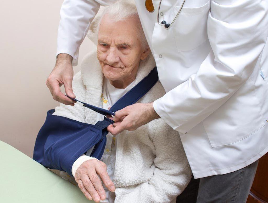Imagen: La investigación muestra que el riesgo de fracturas del húmero proximal (PHF) en adultos mayores aumenta con la edad, y se encuentran entre las fracturas más comunes después de los 60 años (Fotografía cortesía de iStock).
