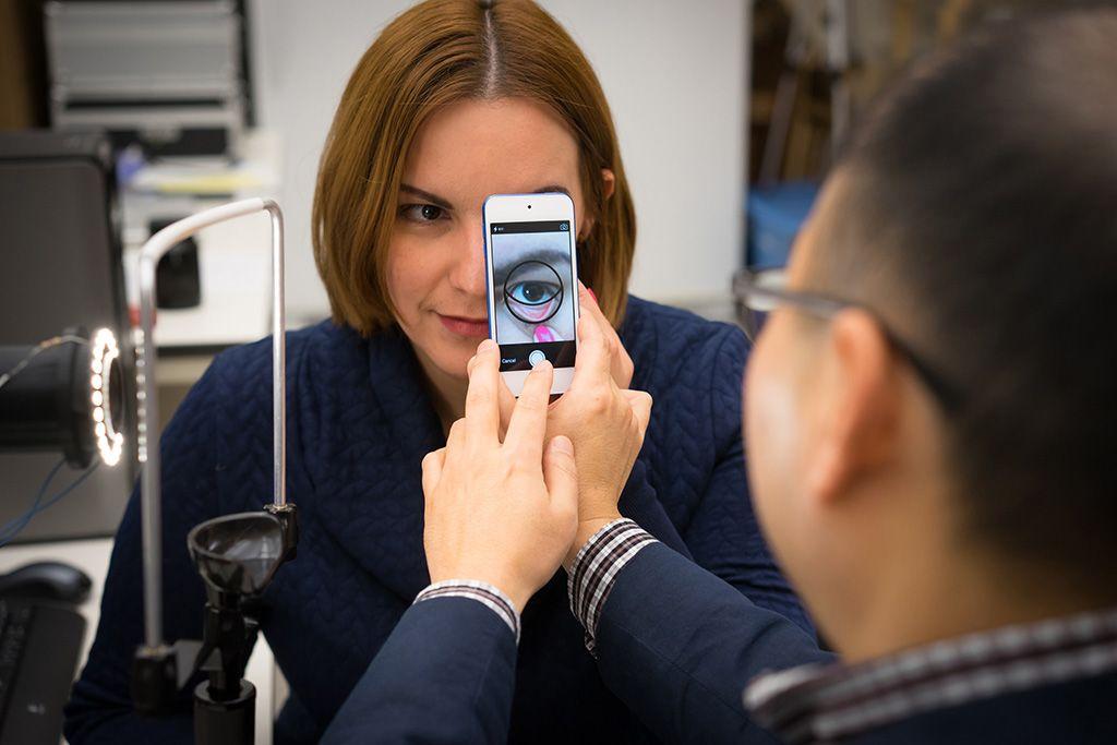 Imagen: El profesor Kim mientras usa la aplicación para teléfono inteligente para medir la hemoglobina (Fotografía cortesía de Vincent Walter/Universidad de Purdue)