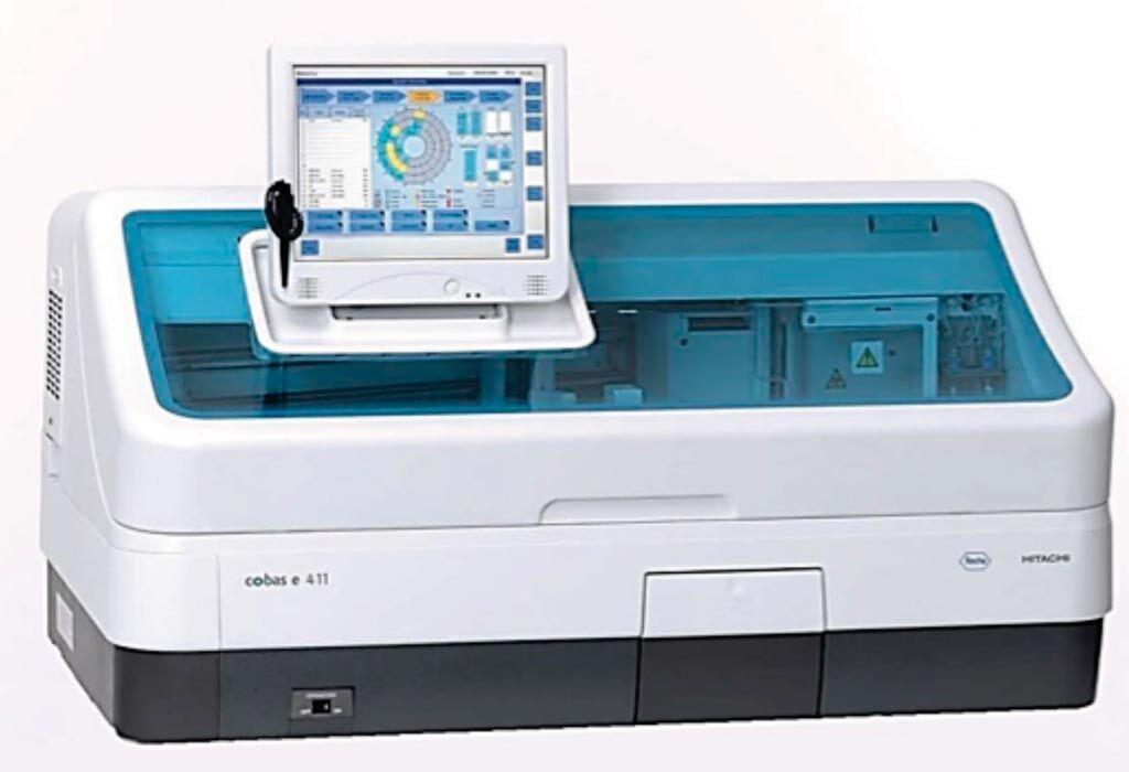 Imagen: El analizador cobas e 411 es un analizador totalmente automatizado que utiliza una tecnología patentada de electroquimioluminiscencia para el análisis de inmunoensayos (Fotografía cortesía de Roche Diagnostics).