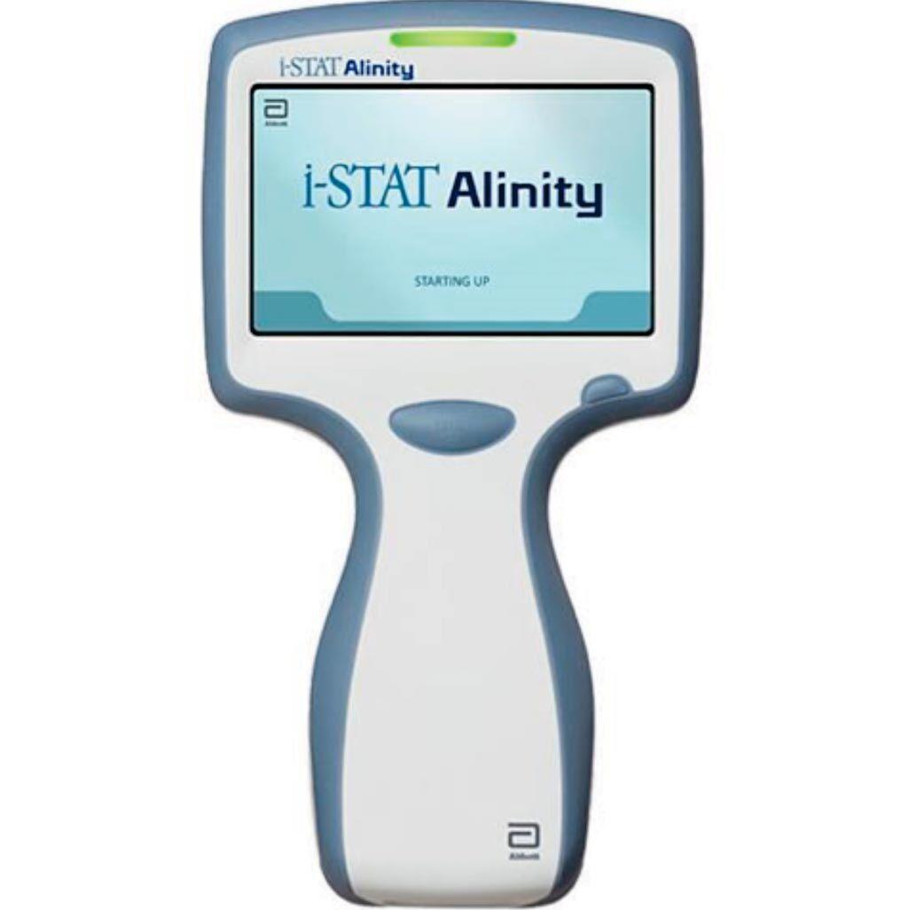 Imagen: El sistema i-STAT Alinity integra las pruebas con los pacientes directamente en la vía de atención a los pacientes, acelerando el tiempo de tratamiento, mejorando la calidad y aumentando el acceso a la atención (Fotografía cortesía de Abbott).