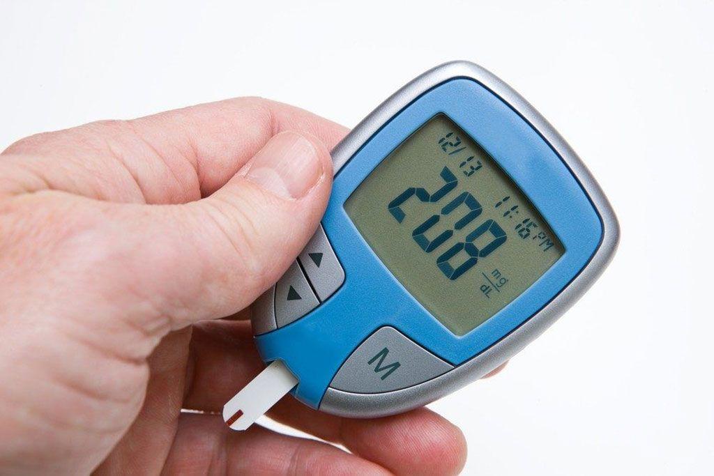 Imagen: El monitor de glucosa en sangre muestra un resultado más alto de lo normal que podría provocar hiperglucemia (Fotografía cortesía de Diabetes Self-Management).