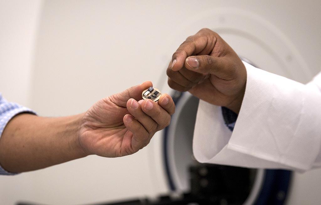 Imagen: Un nuevo dispositivo en miniatura podría ser utilizado en las máquinas de resonancia magnética existentes y permitir a los médicos realizar simultáneamente la imagenología de diagnóstico y registrar las señales electrofisiológicas (Fotografía cortesía de Shannon Kane/Purdue Research Foundation).