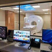 Imagen: Un estudio nuevo sugiere que la resonancia magnética cardíaca (RMC) podría servir como una alternativa no invasiva y no tóxica para identificar la extensión de la enfermedad arterial coronaria (EAC) (Fotografía cortesía de Duke Health).
