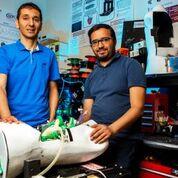 Imagen: El profesor Lyes Kadem (I) y el duplicador del corazón izquierdo personalizado de activación doble (Fotografía cortesía de la Universidad de Concordia).