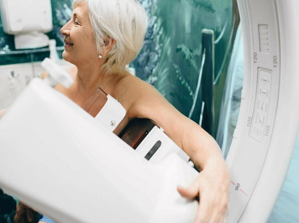 Imagen: de acuerdo con un estudio nuevo, la mamografía de cribado no muestra ningún beneficio en las mujeres mayores (Fotografía cortesía de Shutterstock).
