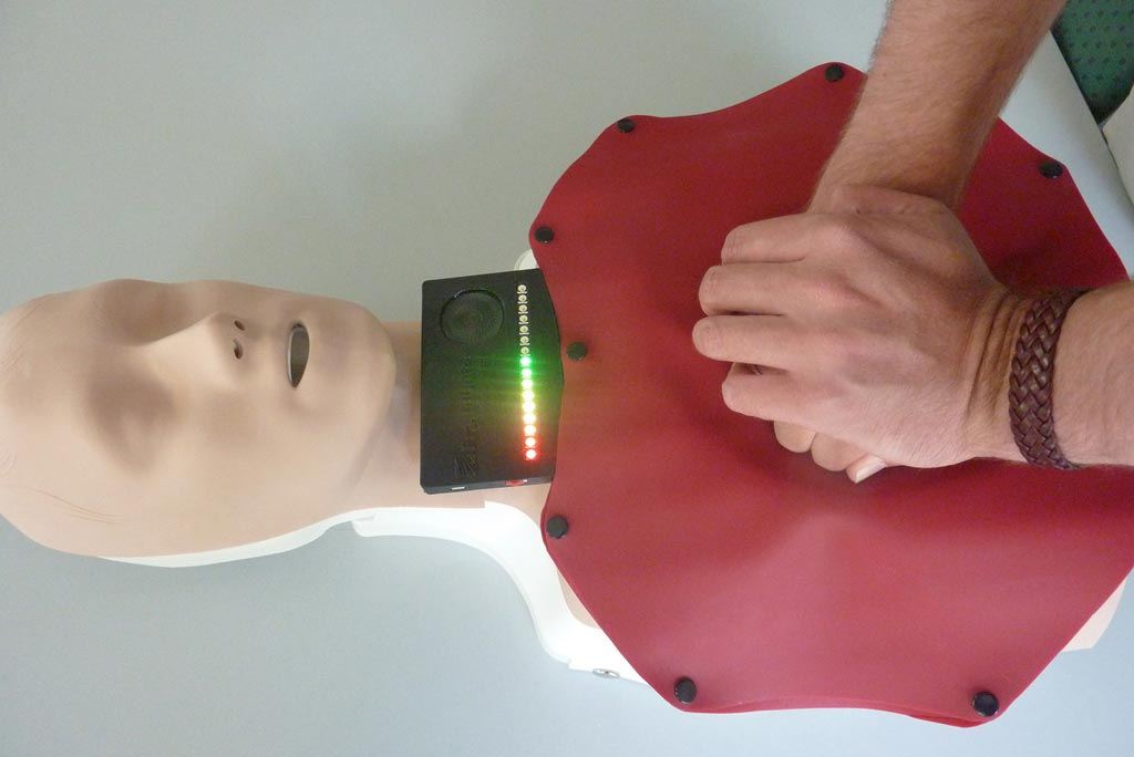 Image: Illuminated LEDs indicate if CPR chest compressions are administered correctly (Photo courtesy of Fraunhofer ISC).