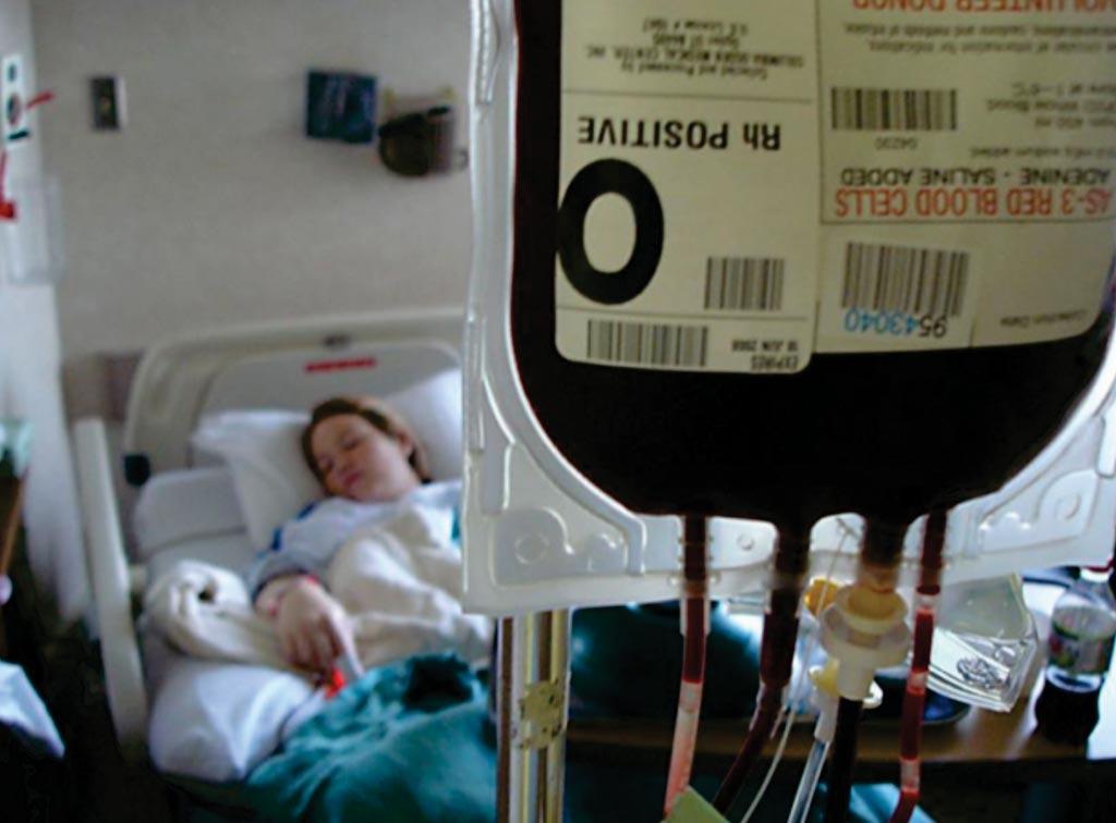 Госпитализированный пациент, которому выполняют переливание крови (фото любезно предоставлено Национальным институтом здоровья США).