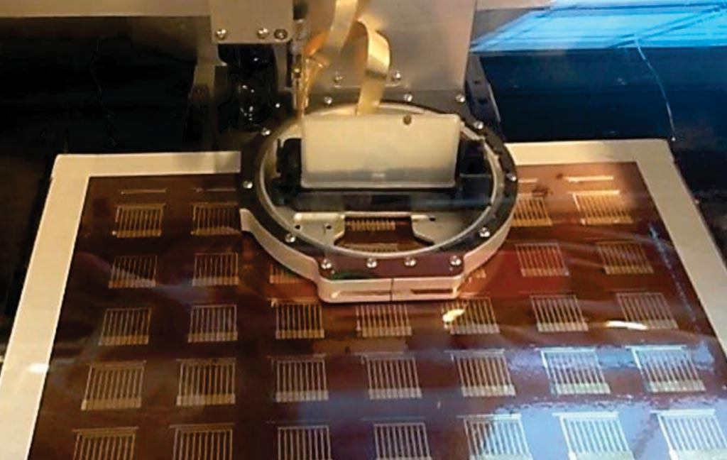 Струйный принтер создает слои из чернил с золотыми наночастицами, формируя партию биосенсоров, которые могут выявлять в крови белок, характерный для рака молочной железы (фото любезно предоставила Коллин Э. Краузе (Colleen E. Krause), доктор философии).