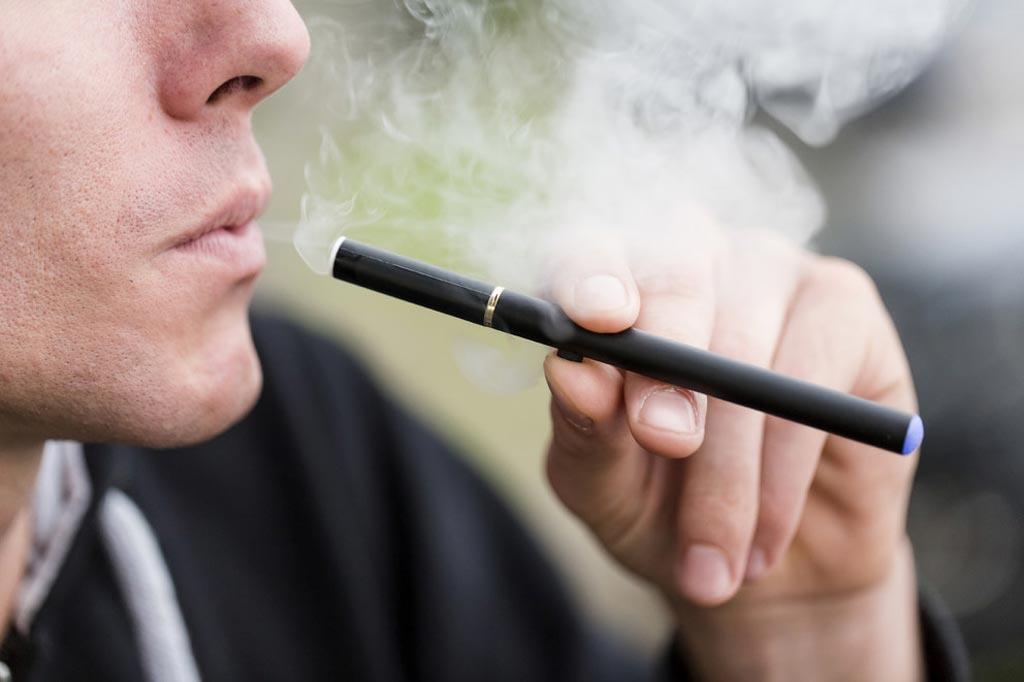 Новое исследование показало повышение АД, сердечного ритма и артериальной жесткости после курения электронных сигарет (фото любезно предоставлено PSU).