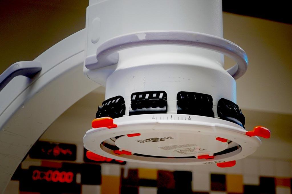 HipGrid NINE, прикрепленный к рентгеновскому аппарату типа С-дуга (фото любезно предоставлено системами OrthoGrid).
