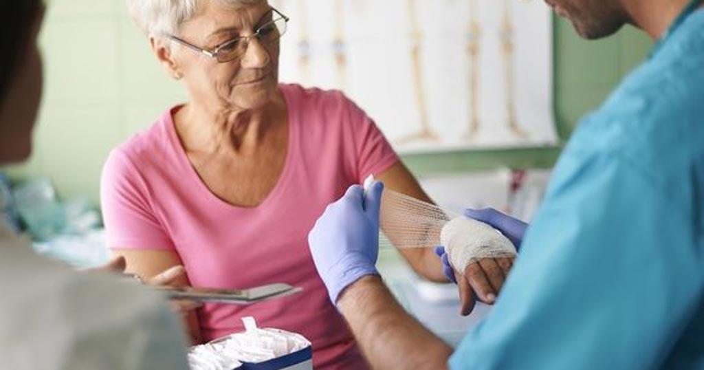 Многие пожилые женщины не в курсе, что остеопороз может вызывать переломы (фото любезно предоставлено Shutterstock).